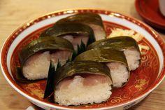 帰りの新幹線で奮発する時に食べていたいづうの鯖寿司。初めて祇園のお店で食べました。お酒は、ビールが無く、お寿司に合うものを準備したとのことの冷酒と白ワインのみ。しかし、その理由が分かる程、冷酒と鯖寿司が合う。旨い。 京都 kyoto