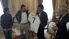 Lo único bueno que ha hecho Pablo Iglesias últimamente: regalar una camiseta del Cristiano a Evo Morales