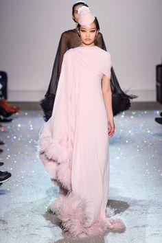 Giambattista Valli Spring 2019 Couture Fashion Show - Vogue Style Haute Couture, Spring Couture, Couture Week, Collection Couture, Fashion Show Collection, Mode Glamour, Paris Mode, Pink Gowns, Pink Dress