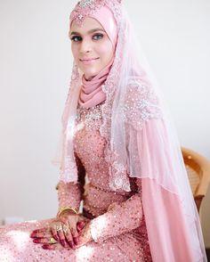 Zayanah & Ridzuwan  Photo by @azrulaziz_  #azrulaziz  Dress by @ariweddingcouture  #mukhrizudey #malaywedding #malayweddingguide #muslimwedding #weddinginspiration #muslimweddingideas #raikancintaRZ by mukhrizudey