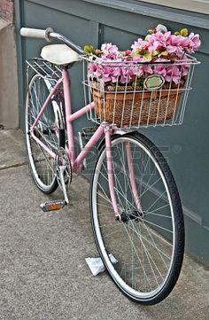 une bicyclette rose pour des promenades en bord de seine