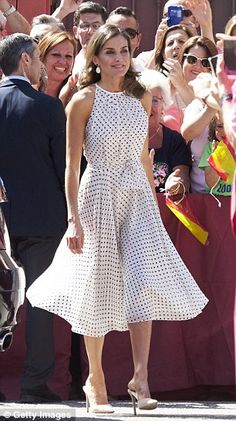 19 July 2018 - King Felipe and Queen Letizia visit Bailen in occasion of the anniversary of the Bailen battle - dress by Carolina Herrera, shoes by Steve Madden Princess Letizia, Queen Letizia, Doutzen Kroes, Carolina Herrera Dresses, Style Royal, Look Office, Estilo Real, Royal Clothing, Princess Style
