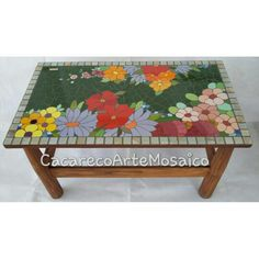 Mesinha de centro. Mosaico floral de azulejos e pastilhas de vidro.