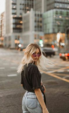 Portrait Photography Poses, Photography Poses Women, Portrait Poses, Photo Poses, Instagram Pose, Insta Photo Ideas, Female Poses, Photoshoot Inspiration, Hair Inspiration