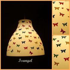 Mi lampara sencilla de ikea adornada con pequeñas mariposas de papel de colores.