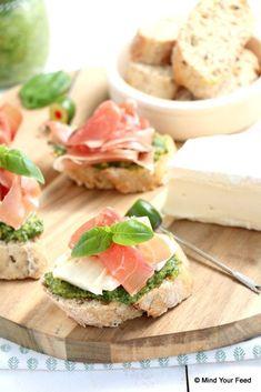 #WestwingNL. Crostini met brie, pesto en rauwe ham. Voor meer inspiratie: westwing.me/shop