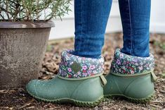 A Hunter Boots Outfit Proper for an English Countryside – Gold Lion Style Womens Muck Boots, Hiking Boots Women, Trekking Outfit, Muck Boot Company, Farm Clothes, Hunter Boots Outfit, Garden Boots, Casual Boots, Zapatos