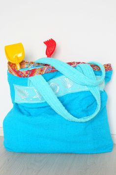 Towel Beach Tote Bag Sewing tutorial - Turn an old towel into a cute and roomy tote bag with this super easy Towel Beach Bag Tutorial. Perfect for the beach season!