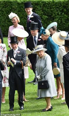 The Queen breaks blue tradition at Royal Ascot with grey ensemble Princess Eugenie, Princess Anne, Royal Ascot Ladies Day, Royal Family Portrait, Eugenie Of York, Royal Queen, Isabel Ii, British Royal Families, Her Majesty The Queen