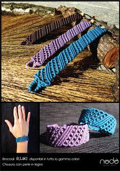 La tecnica utilizzata per la realizzazione di questi oggetti è il Macramè, un metodo di annodo che non prevede l'utilizzo di nessun attrezzo, si fa solo con le mani. In ogni creazione in filo poliestere cerato migliaia di nodi disegnano un tessuto fitto e…