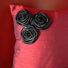 You could so make this Swart Pillow Crafts, Red Silk, Decorative Pillow Covers, Needle And Thread, Design Projects, Decorating Ideas, Craft Ideas, Diy Crafts, Throw Pillows