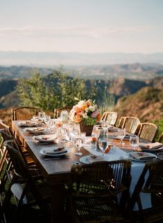 al fresco - table outdoor - manger dehors Barbecue Party, Outdoor Thanksgiving, Le Diner, Al Fresco Dining, Holiday Dinner, Deco Table, Outdoor Entertaining, Dinner Table, Outdoor Dining