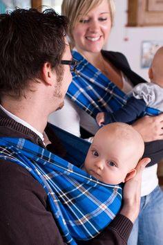 Tragen ist Liebe. Damit du Kopf und Hände frei hast, musst du bei unseren Babytücher nichts wickeln, binden oder knoten. Einfach umhängen, fertig. Schnell, praktisch, sicher. Knot, Model