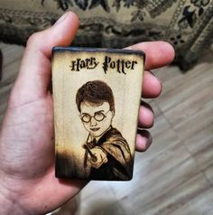Llaveros personalizados🏷️🔥✒️ #arte #pyrographyart #pirography #maderanatural #madera#artistsoninstagram #art #pirografia #harrypotter #Llaveros #llaverospersonalizados #customkeychains #keychain #pirograbado Harry Potter, Phone Cases, Wallet, Personalised Keyrings, Natural Wood, Art, Purses, Diy Wallet, Purse