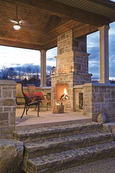 Appliquez le Faceal Oleo HD sur les marches en pierres et béton, sur les pierres qui forment votre foyer extérieur et autour. Photo: Réalisation d'aménagement paysager et de maçonnerie | Permacon