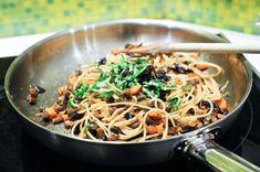 Spaghetti aux aubergines, jeunes carottes et échalotes.