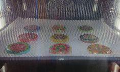 Fröhliches Handy aus geschmolzenen Plastikbecher! | plasticbekerssmelten | windgongknutselen | mobileshandwerk | De Knutseljuf Ede ✂️ Plastic Cup Crafts, Plastic Cups, Plastic Bottles, Easy Art Projects, Projects To Try, Sharpies, Diy Crafts For Kids, Art For Kids, Cinta Washi