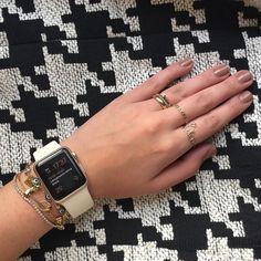 """Sexta-feira tem Apple Watch no Brasil! O meu é o Watch Sport Golden 38mm de alumínio mas mostrei outras opções (são muitas!) lá no snapchat LIAKITTYKILLS. Demorou um pouco pra gente ter por aqui mas vai vir tudinho até relógio Rose Gold! O anel """"Lia"""" e o de corações são @infinijoias ! #applewatch #applewatchsport by kittykills"""