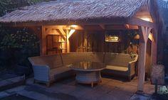 Deze kant-en-klare dakpanelen van riet en stro geven je prieel in de tuin, tijdelijke beursstand, Hawaii beachbar, strandtent of overkapping in de tuin een unieke look and feel. De afmetingen van deze dakstroken zijn 200x70 cm. Deze prefab dakstroken zijn gevlochten op bamboelatten, eventueel kun je hier doorheen schroeven, wel voorboren. Ook decoratief te gebruiken rond je bar, kerstmarkt of horeca luifel. #klantfoto #dakbedekking Gazebo, Outdoor Structures, Hawaii, Bamboo, Stripes, Kiosk, Pavilion, Cabana, Hawaiian Islands