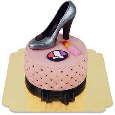 Die Torte überzeugt nicht nur durch die schönen Utensilien, wie zum Beispiel dem Schuh, der sich auf ihr befindet, sondern auch durch das liebevoll in Handarbeit eingesetzte Kissen-Muster mit Zuckerperlen.