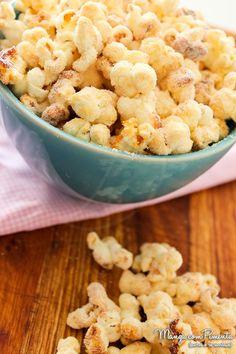 Pipoca de Leite Ninho Picnic Snacks, Delicious Desserts, Dessert Recipes, Almond Joy Cookies, Good Food, Yummy Food, Tasty, Popcorn Recipes, Food Design