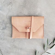 Mail clutch in natural leather / west heritage. My Bags, Purses And Bags, Normcore, Leather Pouch, Leather Bags, Mode Style, Natural Leather, Fasion, Fashion Bags