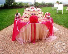 #Weddingcake #fucsia, al centro del giardino @CastleOfAngels