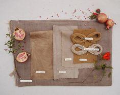 Diferentes tecidos tingidos de forma natural com romã