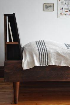 Le lit de Julie est fait de noyer. Sa tête, toute simple, cache de discrètes petites tablettes. Il est fabriqué en petites séries, minutieusement, ...