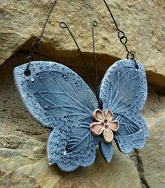 Modrásek Keramický motýl s drátovaným zavěšením Rozměr: 12 x 12 cm Cena za kus