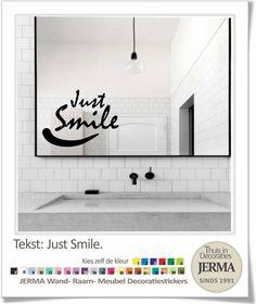 Muurstickers plakletters met de tekst: Just Smile compleet met glimlach. De tekst is gemaakt van een 1e klas permanent hechtende dubbelzijdig gekleurde plastic