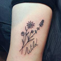 Tatuaje de unas flores silvestres y la palabra...