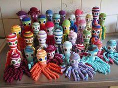 Deze famlie van inktvissen is gemaakt door Pauline Doef. Water Animals, Crochet Ornaments, Octopus, Babies, Dolls, Halloween, Knitting, Pattern, Decor