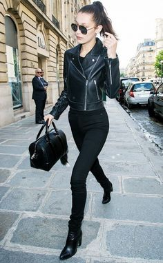 Bella Hadid looks cool in all-black. 26 Trendy Fall Women Outfits to Copy Right Now Simple Outfits, Fall Outfits, Casual Outfits, Fashion Outfits, Fashion Weeks, Bella Hadid Outfits, Bella Hadid Style, Wearing All Black, All Black Outfit