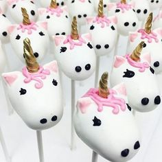 Make Unicorn Cake Pops! How to decorate a Rainbow Unicorn Cakepop by Cupcake Addiction Rainbow Unicorn Party, Unicorn Birthday Parties, Girl Birthday, Birthday Treats, Unicorn Food, Unicorn Cake Pops, Unicorn Cakes, Tout Rose, Snacks Für Party