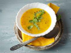 Basilika-porkkanakeiton voi halutessaan maustaa lorauksella sherryä, joka antaa keitolle hienostuneen maun.