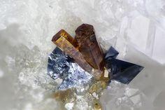 Aeschynite-(Y), Anatase, Hematite. Doucy, La Léchère, Tarentaise valley, Savoie, Rhône-Alpes, France FOV=0.85 mm Collection et photo Serge Lavarde