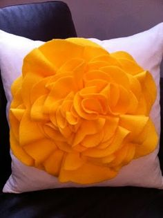 OH MY GOSH! I HAVE to make this!! DIY Felt Flower Pillow