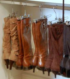 Photo : Rangez vos bottes en les accrochant à des cintres à pinces