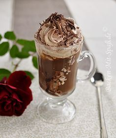 Eiskaffee  Zutaten für 2 Gläser: ca. 400ml starker Kaffee 2 Kugeln Vanilleeis (oder Nusseis, Vanille- Schoko- Eis, Karamelleis oder änliche) 2 EL Amaretto 2 EL Kaffeelikör ca. 100g Schlagsahne Zartbitter- oder Vollmilchschokolade Kakao