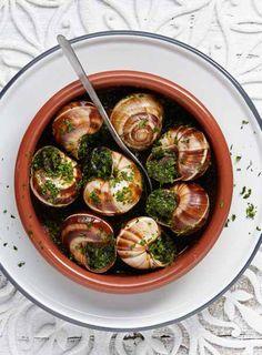 PLUS Supermarkt - Escargots in kruidenboter. Het bekende Franse gerecht in een mooi schaaltje. Bekijk de rest van ons kerstassortiment in ons kerstmagazine