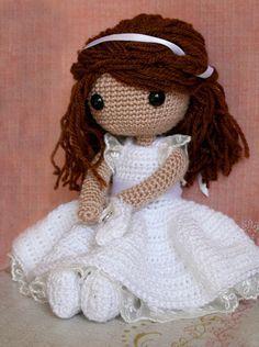 Hacer la comunión es especial y una preciosa muñeca como ésta es un regalo fantástico. Con su bonito vestido blanco con puntillas y lazo de raso, un librito de oraciones y el pelo adornado también …