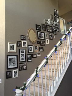 Apartment decor: 60 ideas with photos and designs - Home Fashion Trend Stairway Pictures, Stairway Gallery Wall, Stair Gallery, Gallery Wall Layout, Staircase Wall Decor, Stairway Decorating, Cottage Hallway, Hanging Pictures, Picture Wall