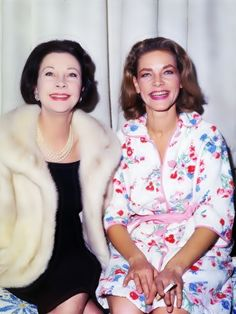 Vivien Leigh and Lauren Bacall (Vivian leigh starred in the classic film - gone with the wind - with clark gable) Old Hollywood Stars, Vintage Hollywood, Hollywood Glamour, Hollywood Actresses, Classic Hollywood, Actors & Actresses, Hollywood Couples, Hollywood Party, Vivien Leigh
