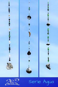 Mobiles und Hänger in den Farben des Wassers, Fundstücke vom Strand wie Muscheln und Steine, kombiniert mit Glasperlen in Blau- und Grüntönen bringen sie das Element Wasser in dein Zuhause und die Elemente in Balance.