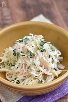 大根とカニかまのごまサラダ【作り置き】 by 鈴木美鈴 / シャキシャキの大根とかにかまは、とても相性が良くすりごまが香ばしい♪大根の消費にもお役立ていただけます。大根を細く切り塩もみをしたら、後はかにかまと調味料で和えるだけ!! / Nadia Asian Recipes, Gourmet Recipes, New Recipes, Snack Recipes, Cooking Recipes, Healthy Recipes, Ethnic Recipes, Vegetable Sides, Vegetable Recipes
