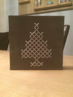 Xmas-tree van voegkruisjes op geverfd canvas