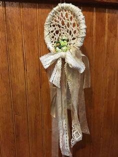 Atrapa sueños romántico en blanco de crochet y seda. CLP 15.000 Tilonka Lanas