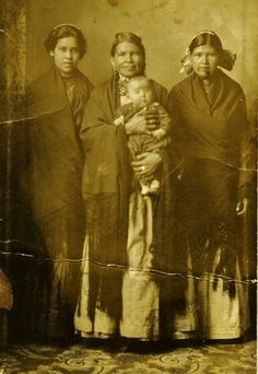 L-R: Annie Miller Halfmoon-Sargent (the wife of William Patrick Sargent), Jennie Bobb-Longhat (the wife of Martin Longhat) holding baby Elaine, and Nora Longhat (the daughter of Martin Longhat & Jeenie Bobb-Longhat) - Delaware - before the death of Jennie Bobb-Longhat in 1918 Native American Pictures, Native American Women, Native American History, Native American Indians, Delaware Indians, Native Indian, First Nations, Indian Pics, Chadds Ford