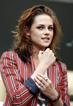 Kristen Stewart Long Wavy Cut - Kristen wears her hair long and with red highlights, a perfect complement to her 'Bella Swan' clothes and look. Bella Swan, Kristen Stewart, Auburn Ombre, Saga, Hair Transformation, Beauty Full Girl, Grunge Hair, American Actress, Cool Hairstyles